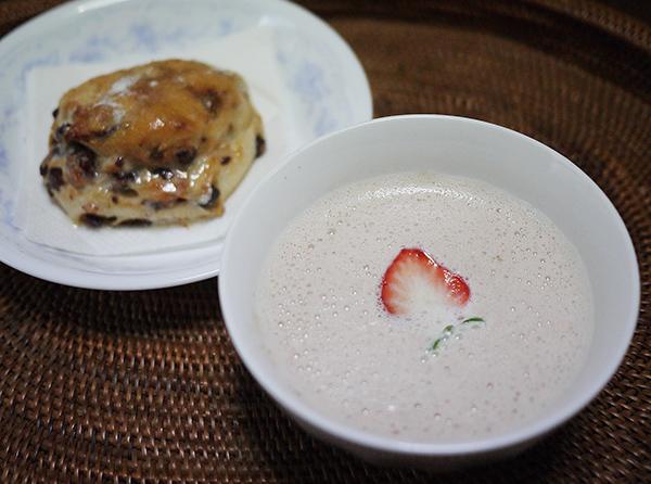 いちごミルクセーキと練乳パン
