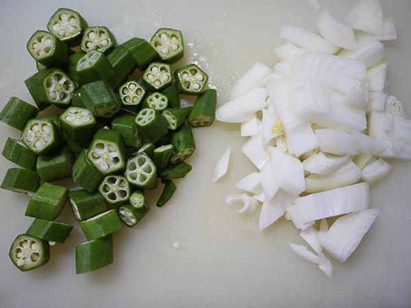 オクラと干しえのきの味噌汁切り方